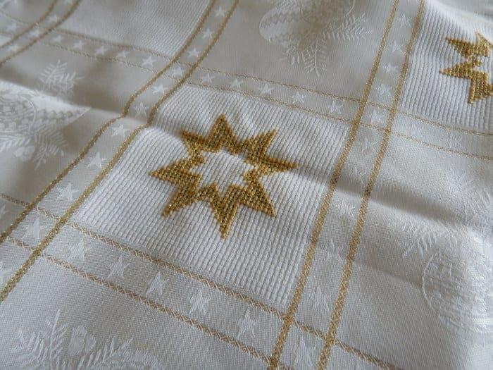 More Christmas Tablecloths than Tables… Mehr Tischdeckchen als Tische